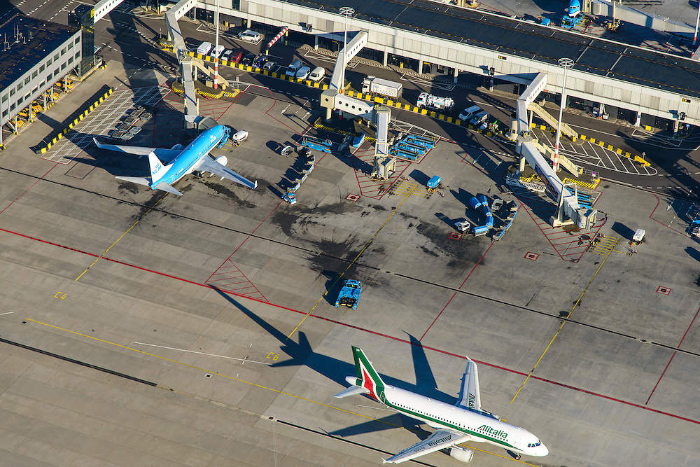 Nederland, Noord-Holland, Haarlemmermeer, 11-12-2013; luchthaven Schiphol met aan de gates geparkeerde vliegtuig van KLM. Alitalia vliegtuig verlaat gate,<br /> Schiphol Airport with at the gates of parked aircraft. Alitalia plane leaves gate.<br /> luchtfoto (toeslag op standard tarieven);<br /> aerial photo (additional fee required);<br /> copyright foto/photo Siebe Swart