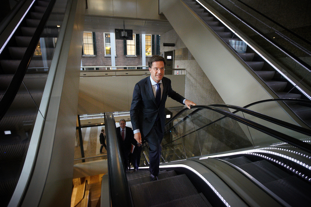 Nederland. Den Haag, 26 april 2012. <br /> Debat over gesloten akkoord. Demissionair premier Rutte arriveert.<br /> VVD, CDA, D66, GroenLinks en ChristenUnie zijn met het kabinet een principe-akkoord overeengekomen over de begroting van volgend jaar.<br /> Men is als Tweede Kamer uit de impasse gekomen om voor mei een begroting voor 2013 op te stellen na de val van het kabinet Rutte van VVD, CDA en met gedoogsteun van de PVV van Geert Wilders. Crisisakkoord na mislukken ook van Catshuisberaad. 3% Financieringstekort.<br /> Het kabinet en de regeringspartijen VVD en CDA hebben in twee politiek gezien krankzinnige dagen met de oppositiepartijen D66, GroenLinks en de ChristenUnie een akkoord gesloten over bezuinigingen en hervormingen in 2013. Minister Jan Kees de Jager van Financi&euml;n koppelde als verkenner de vijf partijen aan elkaar en kreeg in nog geen 30 uur voor elkaar waar VVD en CDA met gedoogpartij PVV in 7 weken overleg in het Catshuis niet in waren geslaagd. Politiek, kabinet Rutte, kabinetscrisis, Catshuisonderhandelingen, Tweede Kamer, <br /> Foto : Martijn Beekman