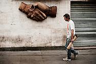 Frankrig valg reportage, Marseille, En træt arbejder på vej hjem fra en dag i havnen i Marseille med Baguette i hånden foran symbolet for broderskab.