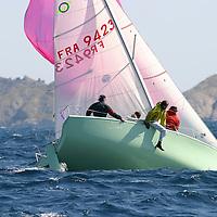 Voile, navigation dans le vent fort, mer agitée. Coup de vent, mer démontée, houle, vague, bateaux à la gîte, écume, vague, embruns, clapot, déferlante, départ au loffe, étrave sous l'écume, équipiers au rappel, grain, orage, coup de mistral, dépression, voile déchirée, compétition, maîtrise, esprit d'équipe, performance, départ au surf, glissade, planning