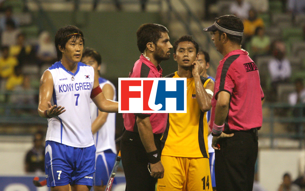 Kuala Lumpur:     Umpires Satinder Kumar and Zulfiqar Haider consulting eachother over a dispute in the match between Malaysia and Korea in the Samsung Hockey Men Champions Trophy on 05 Dec 2007.  Korea beat Malaysia 3-2. Photo:GNN/Vino John