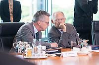 21 JUN 2017, BERLIN/GERMANY:<br /> Thomas de Maiziere (L), CDU, Bundesinnenminister, und Wolfgang Schaeuble (R), CDU, Bundesfinanzminister, im Gespraech, vor Beginn der Kabinettsitzung, Bundeskanzleramt<br /> IMAGE: 20170621-01-005<br /> KEYWORDS: Kabinett, Sitzung, Thomas de Maizière, Wolfgang Sch&auml;uble, Gespr&auml;ch
