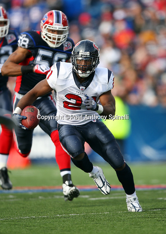 Houston Texans running back Ryan Moats (21) carries the ball for a 20 yard gain and a second quarter first down during the NFL football game against the Buffalo Bills, November 1, 2009 in Orchard Park, New York. The Texans won the game 31-10. (©Paul Anthony Spinelli)