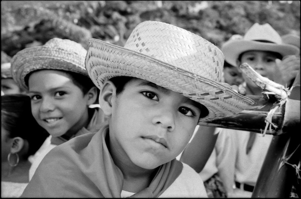 NI—OS DE PORAI - Homenaje a Mariano Diaz.Photography by Aaron Sosa.El Baile de la Llora.Zuata, Estado Aragua - Venezuela 2004.(Copyright © Aaron Sosa)