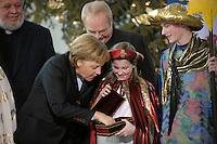 04 JUN 2008, BERLIN/GERMANY:<br /> Angela Merkel, CDU, Bundeskanzlerin, schaut einem der Heiligen drei Koenige in die Goldtruhe, waehrend dem Empfang der Sternsinger im Bundeskanzleramt<br /> IMAGE: 20080104-01-013<br /> KEYWORDS: Heilige drei Koenige, Heilige drei K&ouml;nige, Kanzleramt