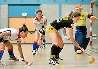 UTRECHT - Hoofdklasse Zaalhockey: Merel de Blaey (r)  van Den Bosch  aan de bal tijdens de wedstrijd tussen de vrouwen van Den Bosch en SCHC.  FOTO KOEN SUYK
