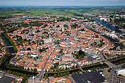 Nederland, Zeeland, Middelburg, 12-06-2009; Overzicht van het centrum van de middeleeuwse stad, beschermde stadsgezicht. Met, van beneden naar boven,  het oude Stadhuis aan de Markt, tegenwoordig in gebruik bij de Roosevelt Academy, toren de Lange Jan, behorende bij de Abdij, en de Oostkerk. Rechts het Kanaal door Walcheren, midden aan de horizon Veerse Meer met Noord-Beveland..Center of the medieval city, left the historic town hall, in the middle the former Abbey with the 89 meter high tower.Swart collectie, luchtfoto (25 procent toeslag); Swart Collection, aerial photo (additional fee required).foto Siebe Swart / photo Siebe Swart