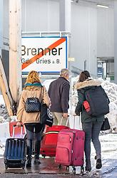 11.03.2020, Brenner, AUT, Coronavirus in Österreich, im Grenzbereich zu Italien lösen ab Mittwoch lückenlose Grenzkontrollen die Gesundheitschecks an der Grenze ab, im Bild Reisende verlassen Österreich zu Fuss in Richtung Italien // Travelers leave Austria on foot towards Italy during In the border area with Italy, seamless border controls will replace the health checks at the border starting on Wednesday. Brenner, Austria on 2020/03/11. EXPA Pictures © 2020, PhotoCredit: EXPA/ Johann Groder