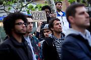 Frankfurt am Main | 28 Apr 2014<br /> <br /> Am Montag (28.04.2014) veranstalteten etwa 200 Menschen an der Hauptwache in Frankfurt am Main sogenannte Montagsdemos gegen Hartz IV und die Agenda 2010 und dann sp&auml;ter f&uuml;r den Frieden, gegen den Krieg etc., am zweiten Teil der Montagsdemo nahmen AfD-Aktivisten und die Neonazi-Aktivistin Sigrid Sch&uuml;&szlig;ler (NPD, RNF/Ring Nationaler Frauen) teil.<br /> Hier: Inmitten der Zuh&ouml;rer h&auml;lt eine Aktivistin eine Pappe mit der Aufschrift &quot;Klarheit&quot; in die H&ouml;he.<br /> <br /> &copy;peter-juelich.com<br /> <br /> [No Model Release | No Property Release]
