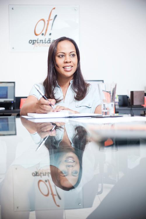Belo Horizonte_MG, 17 de fevereiro de 2011. .PEGN / Mulheres Empreendedoras..Documentacao do Projeto 10.000 Mulheres do Banco Goldman Sachs teve inicio em 2008 e preve, em 5 anos, investir U$ 100 milhoes na formacao de mulheres empreendedoras de paises em desenvolvimento. No Brasil, a Fundacao Dom Cabral e a responsavel pelo projeto e, 500 mulheres, donas de micro e pequenos negocios foram escolhidas para o programa de gestao empresarial e estruturacao de um plano de negocios. A documentacao fotografica e feita com 5 mulheres que participa do curso em Belo Horizonte...Na foto, Cleonice dos Santos Pinto, da empressa especializada em Assessoria de Comunicacao Empresarial, Opiniao Formada Comunicacao Ltda, em reuniao com equipe...Contato:.(31) 9675 8701.cleonice@opiniaoformada.com.br..Foto: NIDIN SANCHES / NITRO
