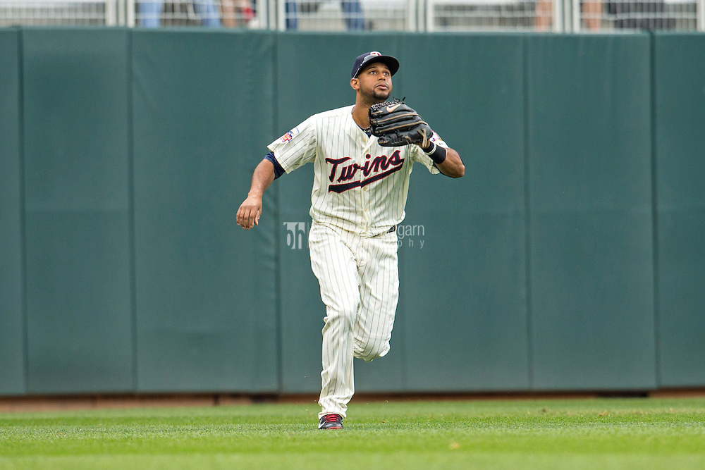 MINNEAPOLIS, MN- SEPTEMBER 24: Aaron Hicks #32 of the Minnesota Twins fields against the Arizona Diamondbacks on September 24, 2014 at Target Field in Minneapolis, Minnesota. The Twins defeated the Diamondbacks 2-1. (Photo by Brace Hemmelgarn) *** Local Caption *** Aaron Hicks