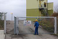 Mannheim. 06.03.17   BILD- ID 057  <br /> Friesenheimer Insel. BASF Anlage. Produktion im Werksteil Friesenheimer Insel. <br /> In den Produktionsanlagen der BASF werden Rohstoffe durch chemische Reaktionen in<br /> andere Stoffe umgewandelt. Dies geschieht bei den Anlagen im Werksteil Friesenheimer<br /> Insel im st&auml;ndigen Durchlauf (kontinuierliche Produktion). Dabei laufen die Reaktionen<br /> unter hohem Druck und erh&ouml;hter Temperatur ab. Einsatzstoffe und erzeugte Stoffe werden<br /> zwischengelagert und per Rohrleitung, Tankschiff, Kesselwagen und Tankzug bezogen oder abtransportiert. <br /> - &Ouml;lhafen<br /> Bild: Markus Prosswitz 06MAR17 / masterpress (Bild ist honorarpflichtig - No Model Release!)