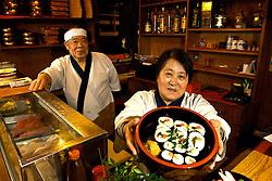 Natural de Nagoya, Japão, a senhora Sakae chegou ao Brasil no ano de 1967 se instalando na cidade de Porto Alegre. Em 1973, junto com seu marido, abriu o restaurante Sakae no centro da cidade. Em 1981, mudou-se para a Rua Castro Alves, onde permanece em funcionamento até hoje, sob os cuidados da proprietária e do seu sócio Tadao Ecchuya, natural de Hiroshima. FOTO: Lucas Uebel/Preview.com
