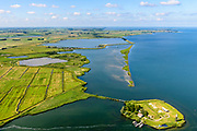 Nederland, Noord-Holland, Amsterdam, 13-06-2017; Buiten-IJ met Polder IJdoorn, Vuurtoreneiland met Kustbatterij (Fort Durgerdam, onderdeel van de Stelling van Amsterdam).  Rijksmonument, onderdeel van de Werelderfgoedlijst van Unesco. Kinselmeer en  Kinseldam / Hoeckelingsdam in de achtergrond, Marken.<br />