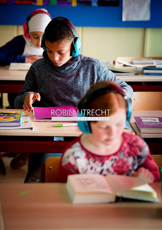 DORDRECHT -John F Kennedyschool in Dordrecht Het gaat zoals gezegd om dat scholen tegenwoordig hulpmiddelen gebruiken in de klas om leerlingen te helpen zich te concentreren. 1 hulpmiddel zij de (bouw)koptelefoons die leerlingen op zetten als ze moeten werken, zo kunnen ze zich afsluiten van omgevingsgeluid. Deze school heeft ook lichte kleuren en rustige ruimtes ter bevordering van de concentratie.  copyright robin utrecht