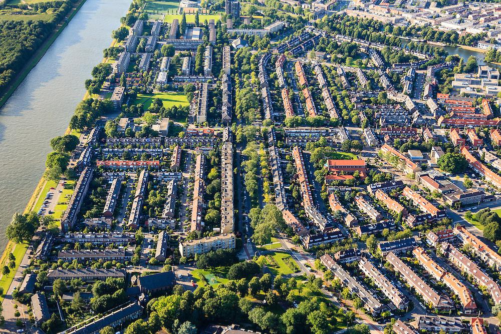 Nederland, Utrecht, Utrecht, 15-07-2012; overzicht van de wijk Halve Maan (links), onderdeel van stadsdeel Oog en Al. Laagbouw en portiek-flats. De wijk stamt uit de  jaren vijftig, de wederopbouwperiode..Links Amsterdam-Rijnkanaal, midden in de buurt het groen van het Victor Hugoplantsoen..Overview of the Halve Maan (Crescent) neighborhood, part of district Eye and Al. Low-rise flats and single-family houses. The neighborhood dates from the fifties, the post-war reconstruction period..luchtfoto (toeslag), aerial photo (additional fee required).foto/photo Siebe Swart