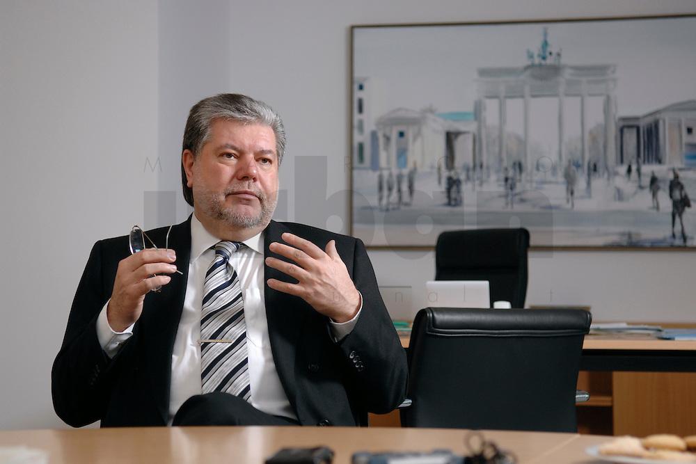 08 JAN 2007, BERLIN/GERMANY:<br /> Kurt Beck, SPD Parteivorsitzender und Ministerpraesident Rheinland-Pfalz, waehrend einem Interview, in seinem Buero, Willy-Brandt-Haus<br /> Kurt Beck, Party Leader of the Social Democratic Party, during an interview, in his office, Willy-Brandt-Haus<br /> IMAGE: 20070108-01-046<br /> KEYWORDS: Ministerpräsident