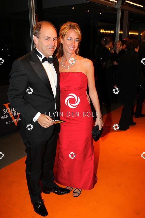 KATWIJK - Robin De Levita met vriendin zaterdag op de oranje loper van de galapremiere van Soldaat van Oranje - de Musical in de Theater Hangaar op de oude vliegbasis Valkenburg bij Katwijk. FOTO LEVIN DEN BOER - PERSFOTO.NU