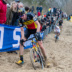 2018-11-24: Cycling: CX Worldcup: Koksijde: Toen Aerts avoiding a fall