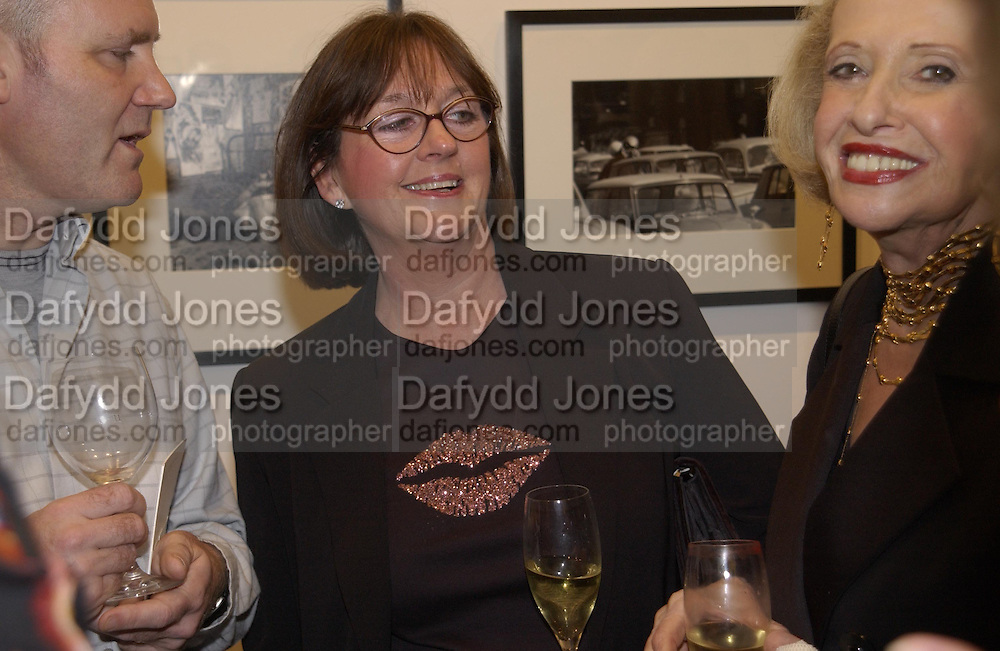 Tim's mother Hilary Jeffries. Robert Doisneau exhibition preview. Hamiltons. 20 November 2001. © Copyright Photograph by Dafydd Jones 66 Stockwell Park Rd. London SW9 0DA Tel 020 7733 0108 www.dafjones.com