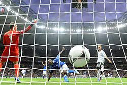 FUSSBALL  EUROPAMEISTERSCHAFT 2012   HALBFINALE Deutschland - Italien              28.06.2012 Mario Balotelli (Mitte, Italien) erzielt das 1:0. Torwart Manuel Neuer (li) und Holger Badstuber (re, beide Deutschland) sind geschlagen