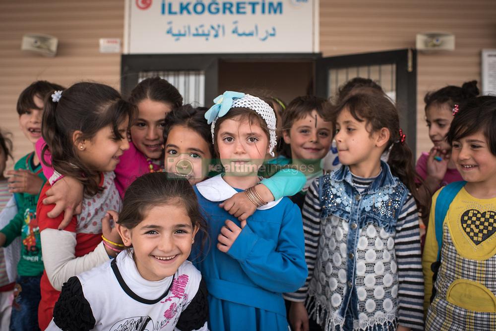 August 7, 2017 - Nizip, Gaziantep, Turkey - Syrian refugees children in a school building in the refugee camp Nizip 2, Turkey, 7 August 2017. (Credit Image: © Diego Cupolo/NurPhoto via ZUMA Press)