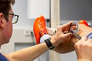 Met een graadboog wordt de goede hoek van het been bepaald voor de juiste fietspositie. In Delft wordt een 3D scan gemaakt van Thijmen Polman, een van de atleten. In september wil het Human Power Team Delft en Amsterdam, dat bestaat uit studenten van de TU Delft en de VU Amsterdam, tijdens de World Human Powered Speed Challenge in Nevada een poging doen het wereldrecord snelfietsen voor tandems te verbreken met de VeloX TX, een gestroomlijnde ligfiets. Het record staat sinds 2019 op 120,26 km/u<br /> <br /> In Delft a 3D scan is made of Thijmen Polman, one of the athletes. With the VeloX TX, a special recumbent bike, the Human Power Team Delft and Amsterdam, consisting of students of the TU Delft and the VU Amsterdam, also wants to set a new tandem world record cycling in September at the World Human Powered Speed Challenge in Nevada. The current speed record is 120,26 km/h, set in 2019.