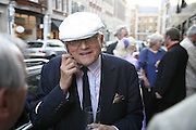 DAVID HOCKNEY, Celebrating George Melly at 80: Aspects of his Collection. The Mayor Gallery. Cork St. London. 17 August 2006. ONE TIME USE ONLY - DO NOT ARCHIVE  © Copyright Photograph by Dafydd Jones 66 Stockwell Park Rd. London SW9 0DA Tel 020 7733 0108 www.dafjones.com
