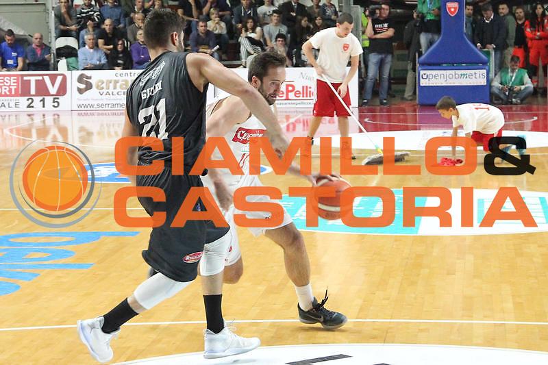 DESCRIZIONE: Varese Lega A 2015/16 <br /> Openjobmetis Varese vs Pasta Reggia Caserta<br /> GIOCATORE: Daniele Cavaliero<br /> CATEGORIA: palleggio<br /> SQUADRA: Openjobmetis Varese<br /> EVENTO: Campionato Lega A 2015-2016<br /> GARA: Openjobmetis Varese Pasta Reggia Caserta<br /> DATA: 04/10/2015<br /> SPORT: Pallacanestro<br /> AUTORE: Agenzia Ciamillo-Castoria/A. Ossola<br /> Galleria: Lega Basket A 2015-2016<br /> Fotonotizia: Varese Lega A 2015-16 <br /> Openjobmetis Varese Pasta Reggia Caserta