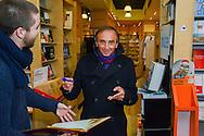Eric Zemmour était présent ce 6 janvier à Bruxelles pour la présentation de son dernier livre.<br /> Sa venue très contestée par certains politiques ont amené les autorités à prendre des mesure de sécurité importante pour sa venue.<br /> Il était en effet attendu dans un premier temps au Cercle de Lorraine pour un déjeuner littéraire.<br /> Il devait ensuite en principe se rendre pour une séance de dédicaces à la librairie Filigrane qui a officiellement annulé la venue pour des questions de sécurité. Ce qui n'a pas empeché Eric Zemmour de s'y rendre en toute discretion et de réaliser quelques autographes pour les lecteurs présent ainsi que de partager la galette des rois avec le personnel et les clients.