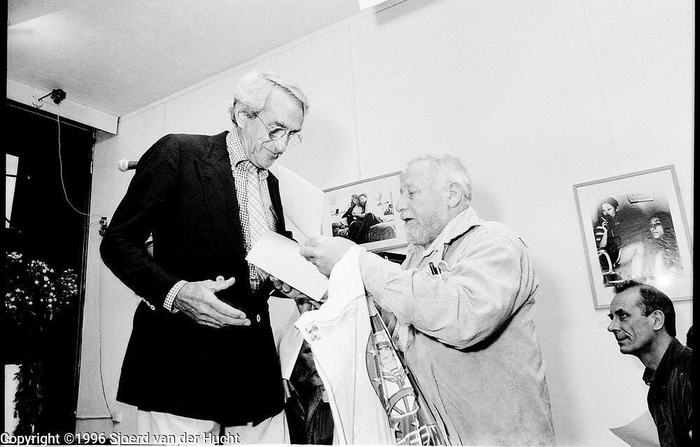 Gerard Fieret en Paul Huf tijdens de manifestatie bij de Kunstkring ter ondersteuning van de huisvesting van kunstenaar en fotograaf Gerard Fieret die door zijn duivenliefde dakloos dreigde te worden.