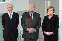"""16 OCT 2006, BERLIN/GERMANY:<br /> Ludwig Georg Braun, Praesident Deutscher Industrie- und Handelskammertag, DIHK, Michael Sommer, Vorsitzender Deutscher Gewerkschaftsbund, DGB, und Angela Merkel, CDU, Bundeskanzlerin, (v.L.n.R.), waehrend einer Pressekonferenz nach dem Spitzengespraech """"Familie und Wirtschaft"""" der Bundeskanzlerin mit der Impulsgruppe der """"Allianz für die Familie"""", Bundeskanzleramt<br /> IMAGE: 20061016-01-017<br /> KEYWORDS: Spitzengespräch"""