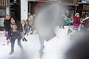 Meisjes houden op de Vismarkt in Utrecht een sneeuwballengevecht, waarbij ook de fotograaf getroffen wordt. <br /> <br /> Girls are throwing snowballs and hitting the photographer