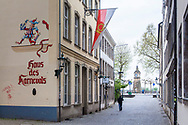 Europa, Deutschland, Duesseldorf, Haus des Karnevals in der Zollstrasse in der Altstadt, im Hintergrund die Pegeluhr.<br /><br />Europe, Germany, Duesseldorf, Haus des Karnevals (house of the carnival) on the street Zoostarsse in the old part of the town, in the background the water level clock.