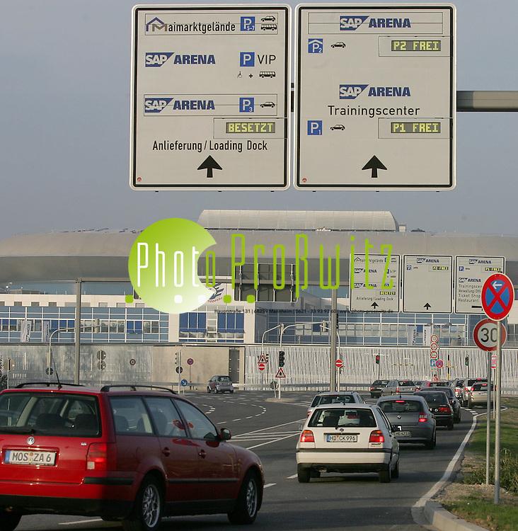 Mannheim. Riesen Anspannung bei den Verkehrsexperten. Der Abreisende Veteramaverkehr und die Anreisenden Arenabesucher m&uuml;ssen koordiniert werden. Sollen Verkehrsstaus ausbleiben, muss ein vern&uuml;nftiges Verkehrskonzept her.<br /> <br /> Bild: Markus Pro&szlig;witz<br /> ++++ Archivbilder und weitere Motive finden Sie auch in unserem OnlineArchiv. www.masterpress.org ++++