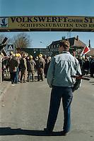 27 MAR 1996 STRALSUND/GERMANY:<br /> Auszubildender mit einem Kreuz waehrend einer Demonstration von Arbeitern der Volkswerft Stralsund aufgrund des drohenden Konkurses des Bremer Vulkan Werftverbundes<br /> IMAGE: 19960327-01/02-20<br /> KEYWORDS: Demo, Demonstration, Arbeitsplatz, Arbeit, Demonstrant, Azubi, Ausbildungsplatz, Arbeitslosigkeit, unemployment