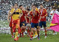 FUSSBALL  EUROPAMEISTERSCHAFT 2012   FINALE Spanien - Italien            01.07.2012 Torwart Iker Casillas (li) und Alvaro Arbeloa (re, beide Spanien) mit dem EM Pokal