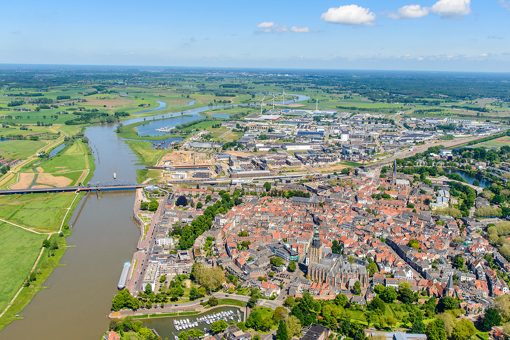 Nederland, Gelderland, Zutphen, 29-05-2019; Overzicht van de binnenstad met Sint Walburgiskerk en Librije, links rivier de IJssel. Gezien vanuit het Zuiden.<br /> Overview of the town with St. Walburga Church and Librije (medieval library).<br /> <br /> luchtfoto (toeslag op standard tarieven);<br /> aerial photo (additional fee required);<br /> copyright foto/photo Siebe Swart