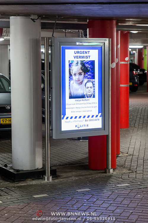 NLD/Amsterdam/20161101 - Parkeergarage Amsterdam, bord met Amber Alert voor Insiya Hemani