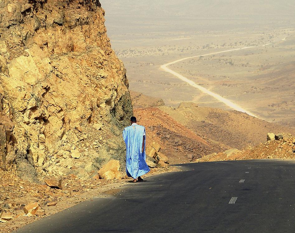 mauritani men walking alone in the desert