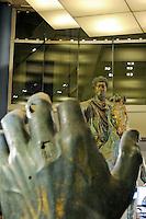 Statua equestre di Marco Aurelio,La statua equestre di Marco Aurelio è una scultura bronzea dorata raffigurante l'imperatore Marco Aurelio a cavallo, collocata nel XVI secolo nella piazza del Campidoglio a Roma, per poi essere sostituita da una copia. L'originale di questa statua è custodito oggi nel Palazzo dei Conservatori.