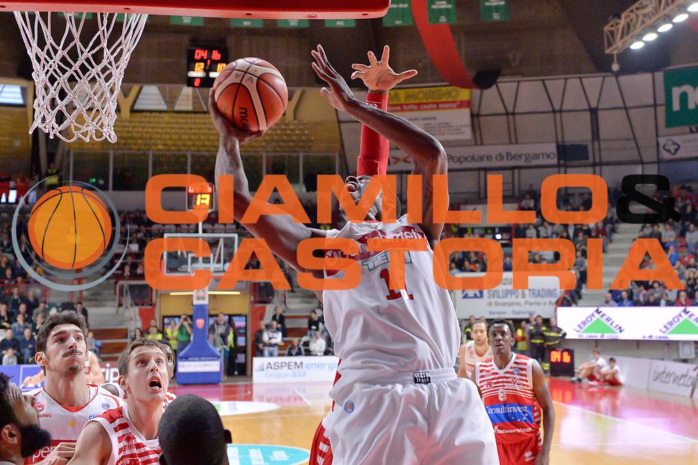 DESCRIZIONE : Varese Lega A 2015-16 Openjobmetis Varese vs Consultinvest Pesaro<br /> GIOCATORE : Taurean Greenv<br /> CATEGORIA : Tiro difesa sequenza<br /> SQUADRA : Openjobmetis Varese<br /> EVENTO : Campionato Lega A 2015-2016<br /> GARA : Openjobmetis Varese Consultinvest Pesaro<br /> DATA : 18/10/2015<br /> SPORT : Pallacanestro <br /> AUTORE : Agenzia Ciamillo-Castoria/I.Mancini<br /> Galleria : Lega Basket A 2015-2016  <br /> Fotonotizia : Openjobmetis Varese  Lega A 2015-16 Openjobmetis Varese vs Consultinvest Pesaro<br /> Predefinita :