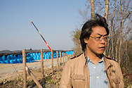 Dr. Shinzo Kimura vid ett stort omr&aring;de f&ouml;r en tillf&auml;llig lagring av radioaktiv jord i byn Shidamyo. Fukushima Prefektur, Japan<br />
