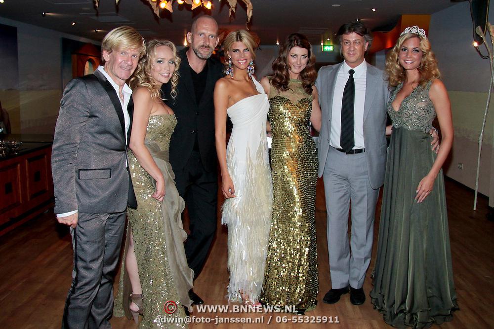 NLD/Nijkerk/20110710 - Miss Nederland verkiezing 2011, de Juryleden met Kim Kotter en Desiree van den Berg, Willem van Walderveen