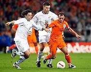 17-10-2007: Voetbal: Nederland-Slovenie: Eindhoven<br /> Wesley Sneijder in duel met de Slovenen Robert Koren en Anton Zlogar<br /> Foto: Geert van Erven