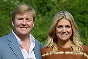 Koninklijke fotosessie 2012 in Wassenaar.<br /> <br /> Op de foto:  Prins Willem-Alexander en prinses M&aacute;xima