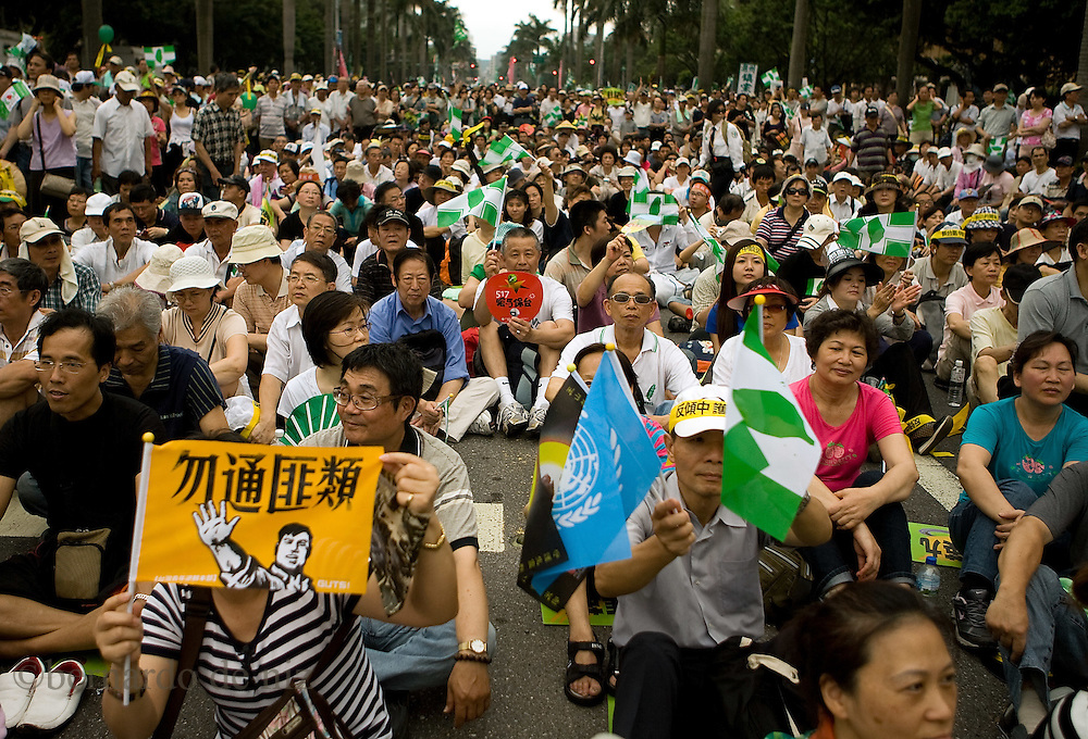 Tens of thousands of Taiwan's pro-independence opposition protest in the capital&acute;s streets of Taipei <br />  to President Ma Ying-jeou's China policies. Taipei, Taiwan, on Sunday May 17,2009/ Photographer: Bernardo De Niz/
