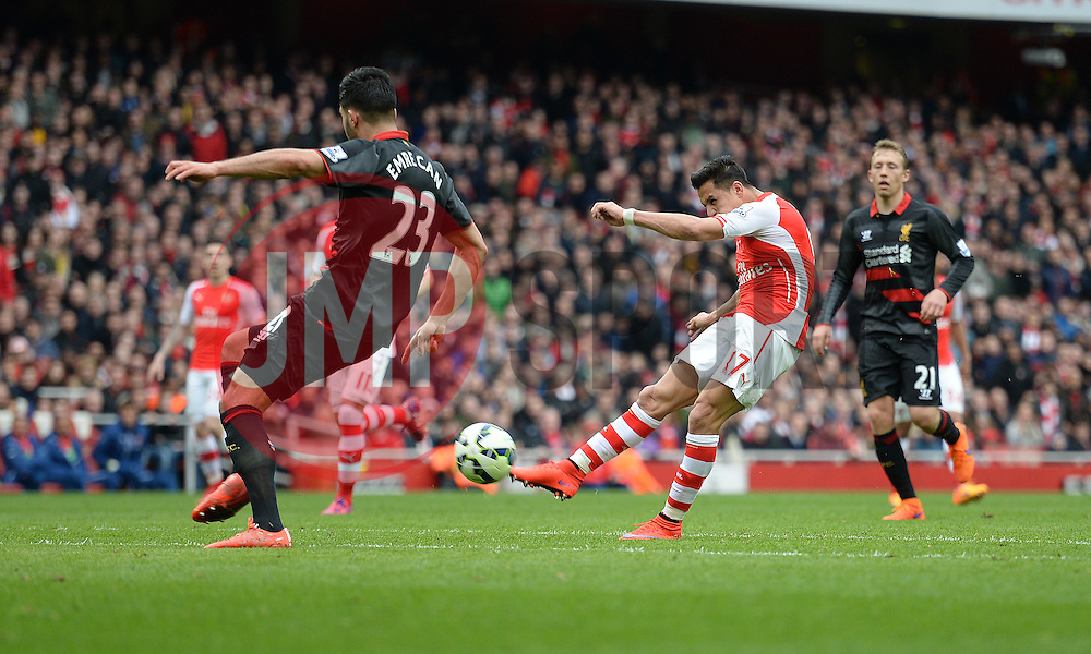 Alexis Sanchez of Arsenal scores the third goal of the game. - Photo mandatory by-line: Alex James/JMP - Mobile: 07966 386802 - 04/04/2015 - SPORT - Football - London - Emirates Stadium - Arsenal v Liverpool - Barclays Premier League