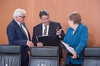 22 APR 2015, BERLIN/GERMANY:<br /> Frank-Walter Steinmeier (L), SPD, Bundesaussenminister, Sigmar Gabriel (M), SPD, Bundeswirtschaftsminister, und Angela Merkel (R), CDU, Bundeskanzlerin, im Gespraech, vor Beginn einer Kabinettsitzung, Bundeskanzleramt<br /> IMAGE: 20150422-01-026<br /> KEYWORDS: Kabinett, Sitzung, Gespräch