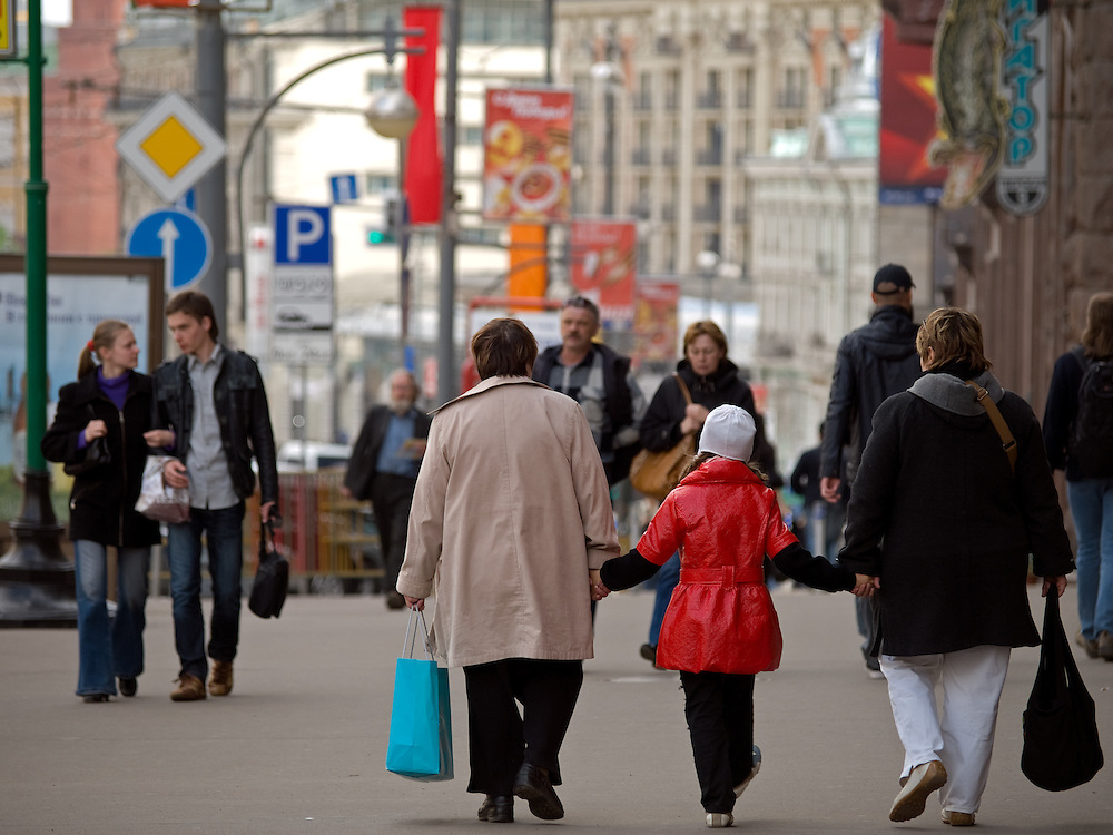 Passanten auf der Prachtstra&szlig;e Twerskaja mit Blickrichtung auf den Roten Platz in Moskau.<br /> <br /> Passersby at the Tverskaja avenue in the city center of the Russian metropolis viewing direction Red Square.